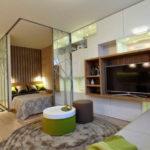 Accente verzi de culoare in apartament open space neutru