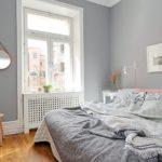 Amenajare cu gri a unui dormitor de mici dimensiuni