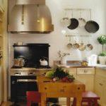 Bucatarie cu forma patrata cu mobila pe toate laturile