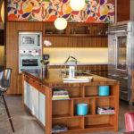 Bucatarie cu mobila de lemn clasica si tapet colorat viu