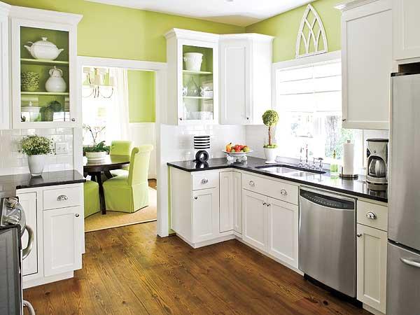 Bucatarie cu mobilier alb si pereti verzi