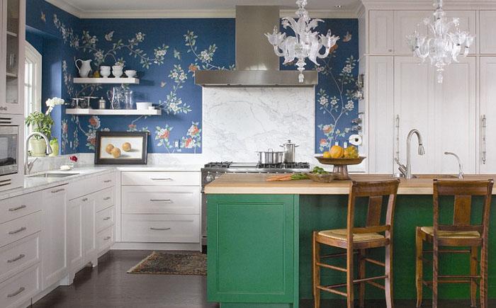 Bucatarie cu mobilier alb si tapet albastru inchis