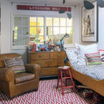 Camera de copil cu mobila clasica din lemn si covor rosu cu alb geometric