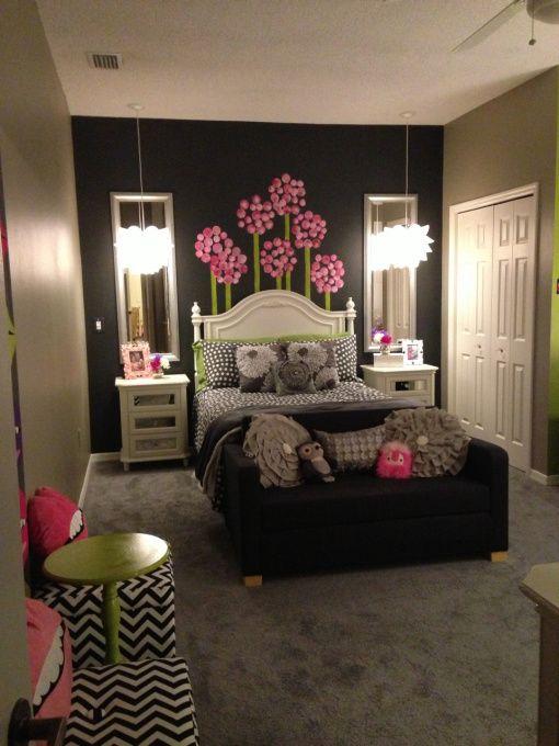 Camera adolescenta cu pereti maro ciocolata