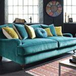 Canapea catifea culori paun asortata cu pereti gri