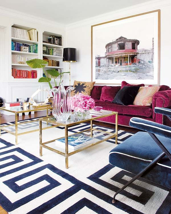 Canapea de catifea mov model colonial in living