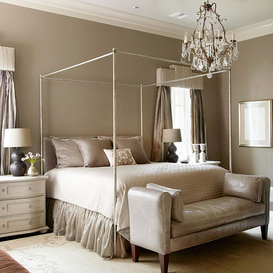 Candelabru din alama si cristale in dormitor amenajat in culori neutre