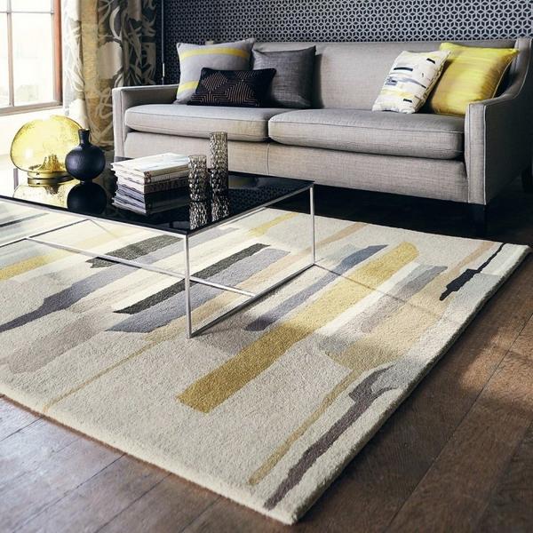Covor in nuante neutre pentru living cu canapea gri deschis