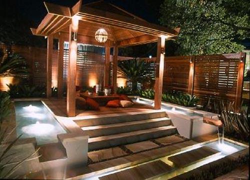 Decor exotic cu foisor de gradina luminat