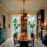 Dining amenajat in stil clasic cu pereti albi si mobila din lemn masiv