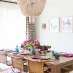 Dining cu masa de lemn si scaune impletite si lustra cu ciucuri
