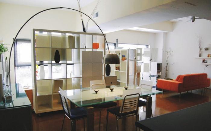 Dining cu masa de sticla delimitat de living cu rafturi despartitoare
