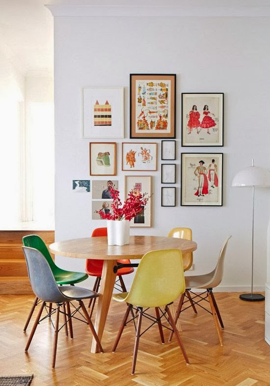 Dining cu masa rotunda si lemn si scaune colorate