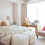 Dormitor amenajat cu alb si corp de iluminat minge