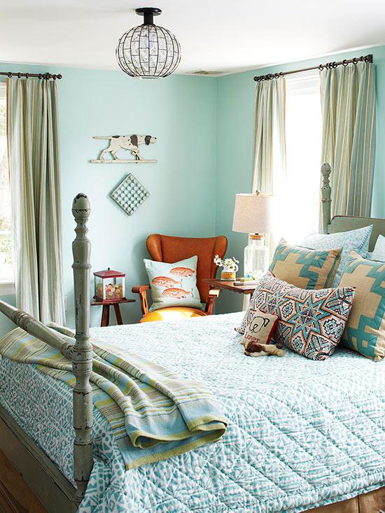 Dormitor amenajat cu bleu si corp de iluminat cu sticla si fier