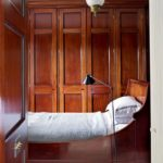 Dormitor cu peretii cu lambriu din lemn
