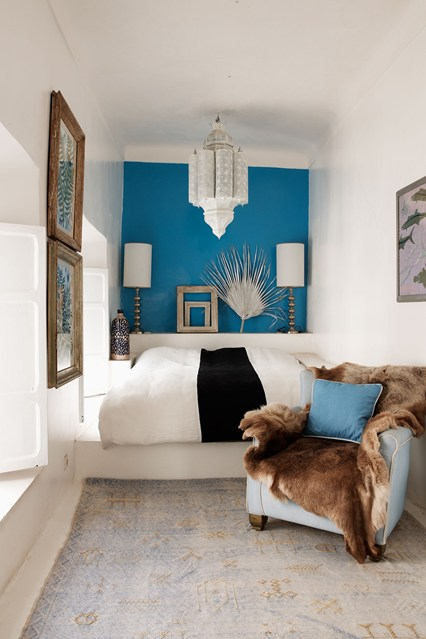 Dormitor ingust cu perete de accent albastru paun