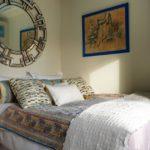 Dormitor mic amenajat cu un mix de texturi