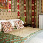 Dormitor mic cu imprimeuri supradimensionate