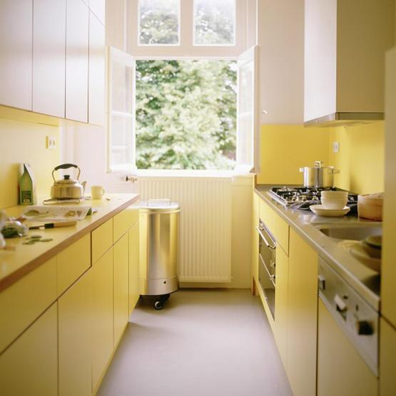 Idee de amenajare a unei bucatarii cu galben pal