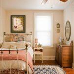 Interior de dormitor mic cu pat din fier forjat
