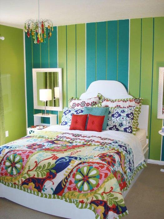 Interior de dormitor zugravit cu turcoaz si verde