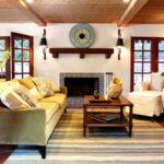 Living amenajat in stil rustic cu covor in dungi deschise la culoare