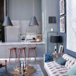 Living cu canapea din catifea gri deschis