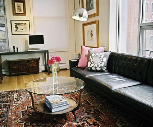 Living cu canapea neagra din piele si covor cu model oriental