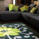 Living cu covor modern negru cu floare mare verde