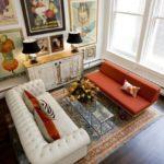 Living cu doua canapele asezate pe un covor model clasic