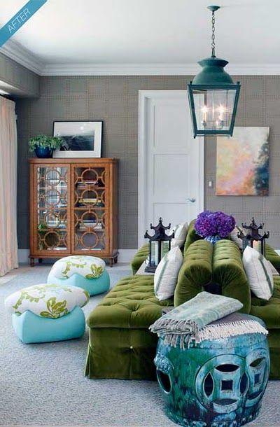 Living cu doua canapele verzi din catifea asezate spate in spate