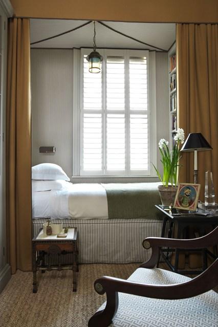 Loc de dormit amenajat langa fereastra in garsoniera