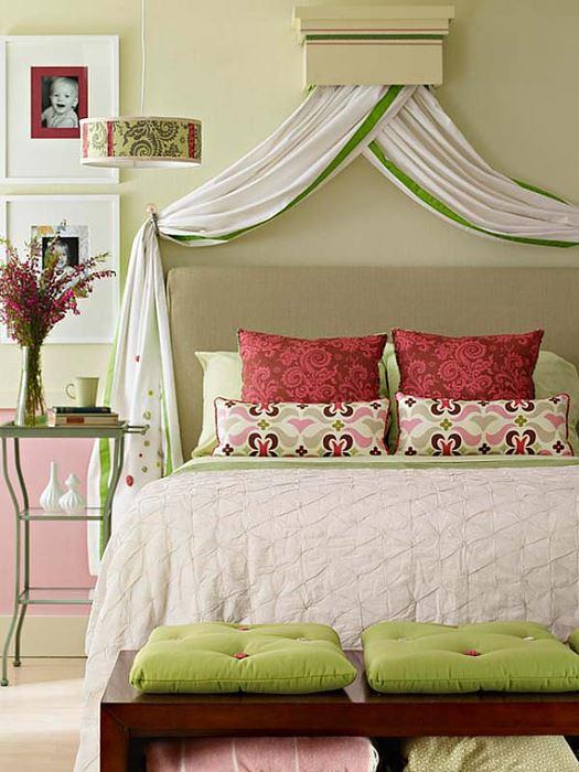 Mic dormitor amenajat in culori pastel