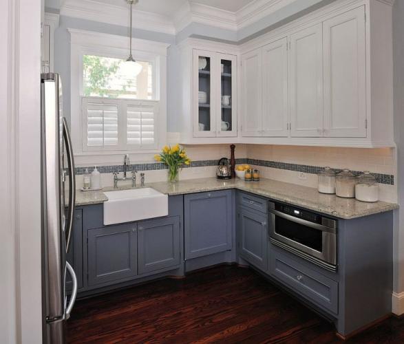 Mobila de bucatarie cu dulapurile in doua culori