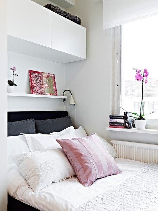 Mobilier compact suspendat deasupra patului din dormitor