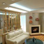 Open space cu living si bucatarie si panou decorativ despartitor din bambus