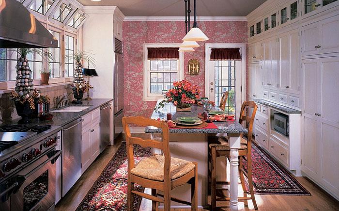 Perete de accent roz in bucatarie clasica