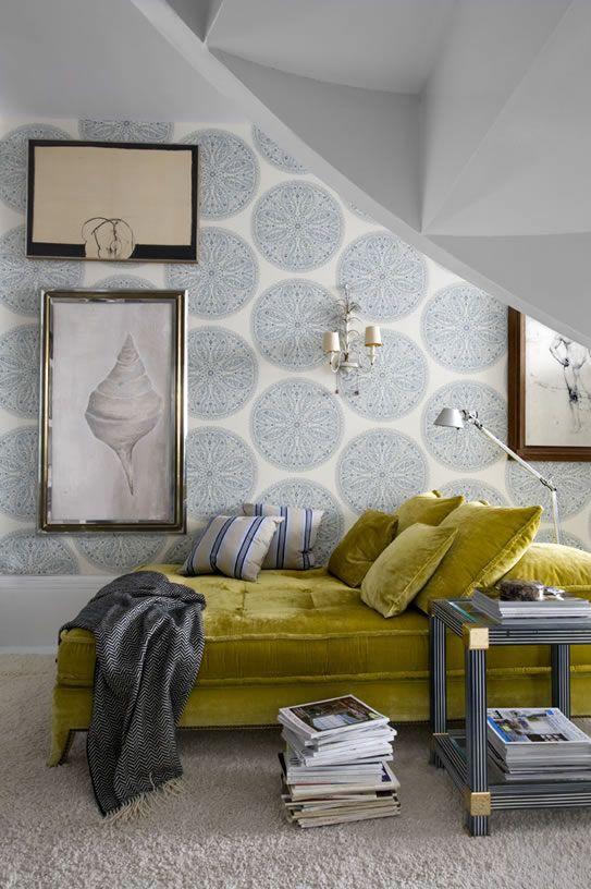 Pereti in culori neutre si canapea din catifea vernil