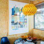 Pereti placati cu lambriu de lemn natur si tablou alb - loc de luat masa
