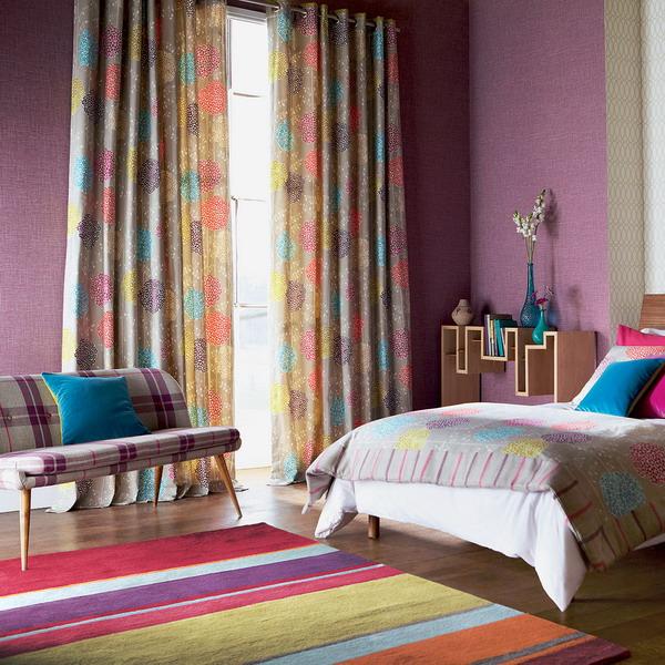 Pereti violet si covor de lana cudungi colorate decor modern de dormitor