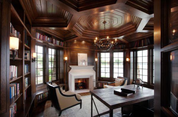 Tavan elaborat placat cu lemn masiv si corp de iluminat rustic pentru un birou in stil clasic