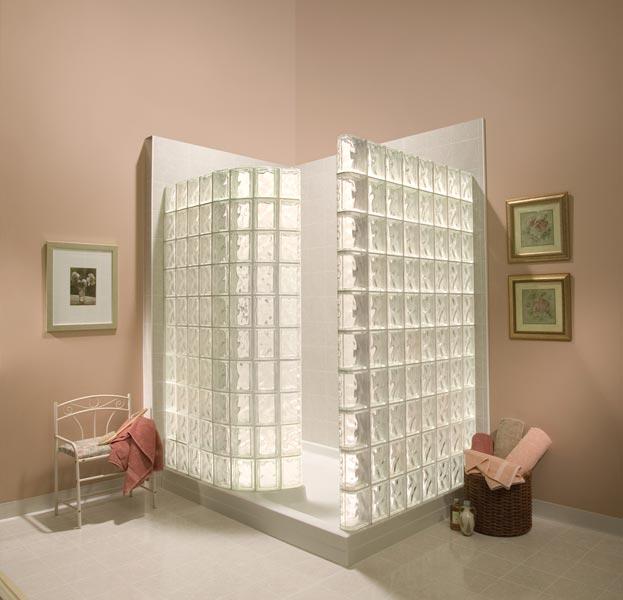 cabina de dus cu peretii din caramizi de sticla