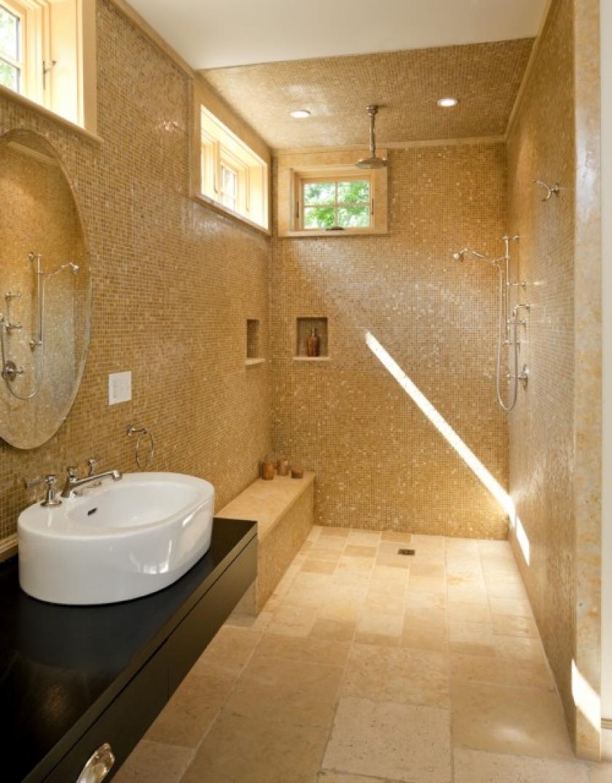cabina de dus fara usi si placata cu mozaic si elemente decorative