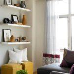 Canapea gri taburete mustar si polite suspendate albe