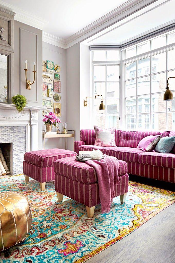 Canapea si otomane roz si covor cu turcoaz si auriu