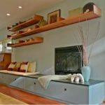 Combinatie de mobilier alb si etajere suspendate din lemn