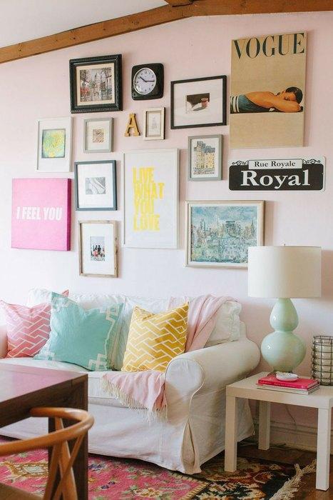 Decor in spatele canapelei cu diverse fotograii si tablouri