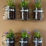Decoratiune perete do it yourself din borcane cu plante