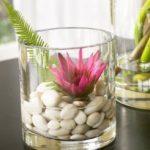 Decoratiunea frumoasa din sticla si pietre albe